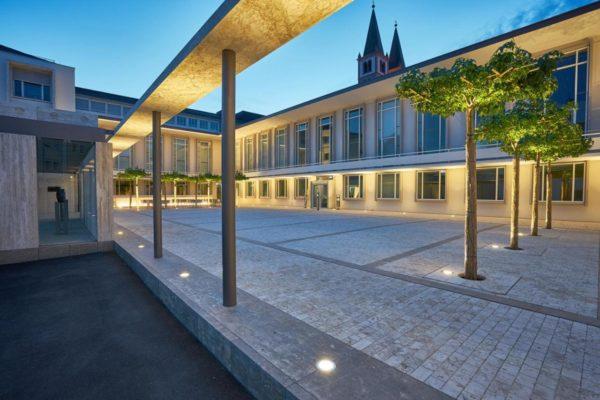 Blick auf das Burkadushaus in Würzburg in der blauen Stunde